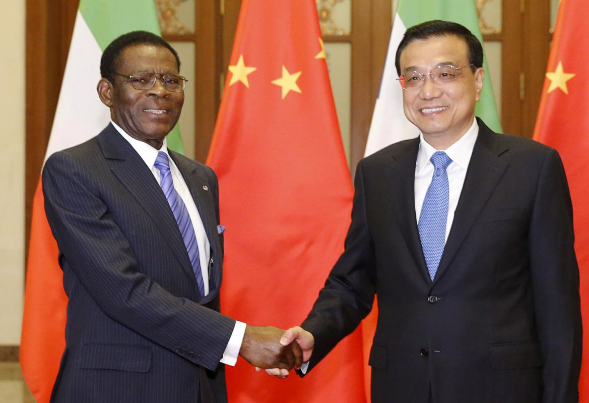 Equatorial Guinea's President Teodoro Obiang Nguema Mbasogo (L) shakes hands with Chinese Premier Li Keqiang at the Great Hall of the People in Beijing, China, April 29, 2015. (Photo/Reuters/Shigeru Nagahara)