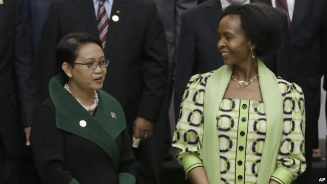 Indonesian Foreign Minister Retno Marsudi, left, with South African counterpart Maite Nkoana-Mashabane at the Asian African Ministerial Meeting in Jakarta, Indonesia, April 20, 2015. (AP)