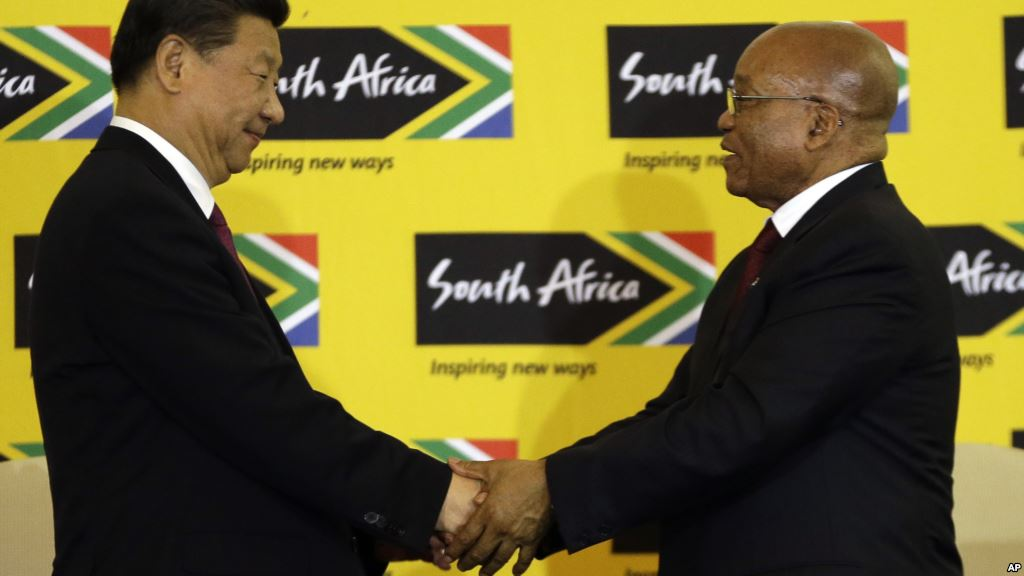 South African President Jacob Zuma (R) shakes hand with visiting Chinese President Xi Jinping after their joint media conference at Union Building Pretoria, South Africa, December 2, 2015. (Photo/AP)