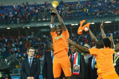 Yaya Toure of Ivory Coast lifts the trophy after their 2015 Africa Cup of Nations victory over Ghana in Equatorial Guinea,  February 8, 2015. (EPA/Gavin Barker)