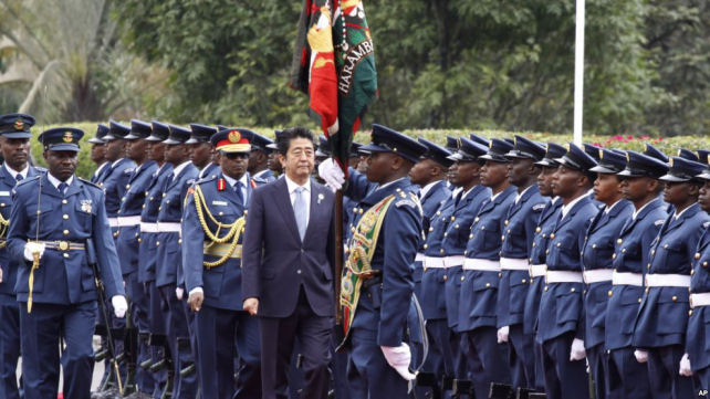 Japan's Prime Minister Shinzo Abe inspects a military honor guard in Nairobi, Kenya, where he's visiting as part of an international development conferenc. August 26, 2016. (Photo/AP)