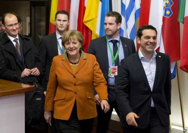 Greek Prime Minister Alexis Tsipras, right, walks with German Chancellor Angela Merkel, center, as they leave an EU summit in Brussels, March 8, 2016. (Photo/AP)