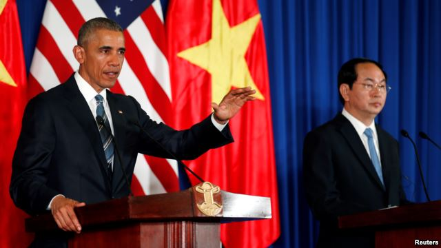 U.S. President Barack Obama (L) attends a press conference with Vietnam's President Tran Dai Quang at the Presidential Palace Compound in Hanoi, Vietnam, May 23, 2016. (Photo/Reuters)