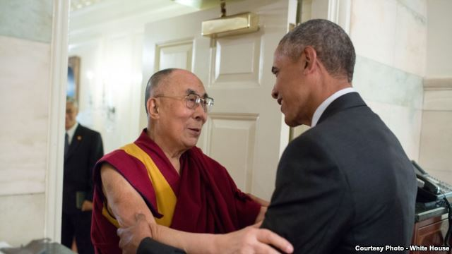 U.S. President Barack Obama greets the Dalai Lama at the White House in Washington, D.C., June 15, 2016. (Photo/Getty Images)