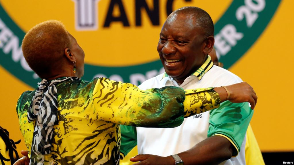 Deputy president of South Africa Cyril Ramaphosa greets an ANC member during the 54th National Conference of the ruling African National Congress (ANC) at the Nasrec Expo Center in Johannesburg, South Africa, December 18, 2017.( Rruters)