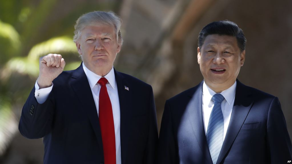 President Donald Trump and Chinese President Xi Jinping pause for photographs at Mar-a-Lago,  April 7, 2017, in Palm Beach, Florida. (AP)