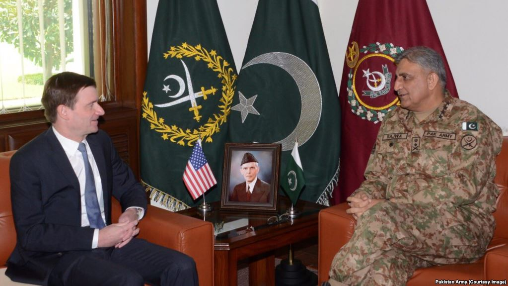 Pakistan army chief General Qamar Javed Bajwa and U.S. Ambassador David Hale. August 23, 2017. (Courtesy Image /Afgam Army)