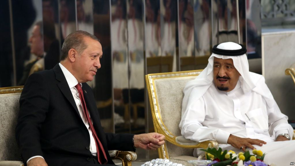Turkey's President Recep Tayyip Erdogan, left, meets with Saudi King Salman, right, in Jiddah, Saudi Arabia, July, 23, 2017. (AP)