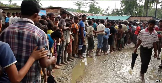 Rohingya refugees line up for water at a new settlement near Uchi Prank, Bangladesh.September 14, 2017. (VOA)