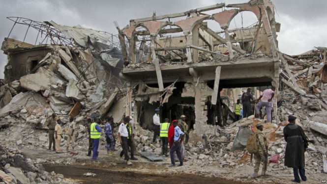 Somalia security forces and others gather and search for bodies near destroyed buildings at the scene of Saturday's blast, in Mogadishu, Somalia, October 15, 2017.