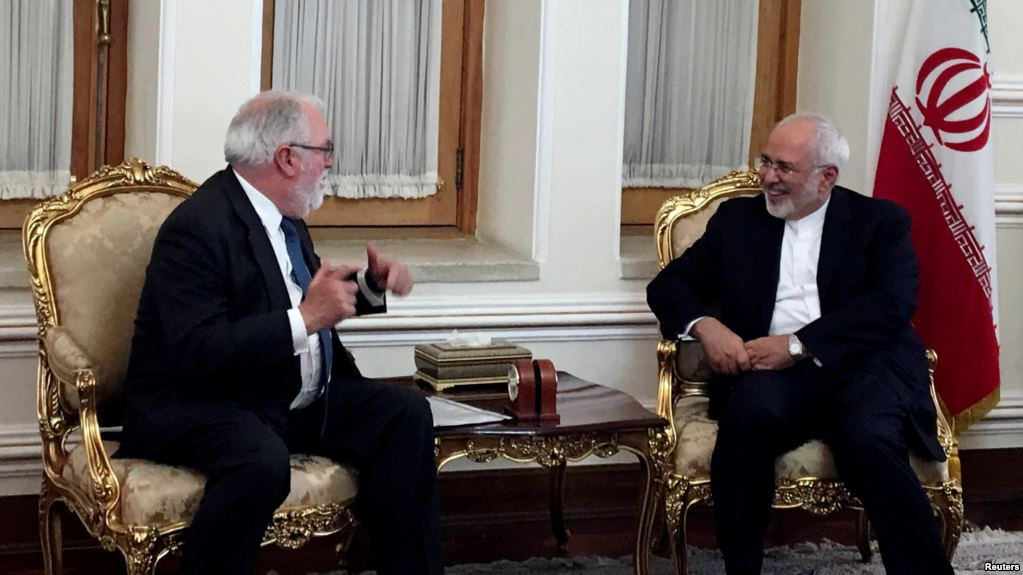 Iranian Foreign Minister Mohammad Javad Zarif (R) meets with European Commissioner for Energy and Climate, Miguel Arias Canete, in Tehran, Iran, May 20, 2018.(Reuters)