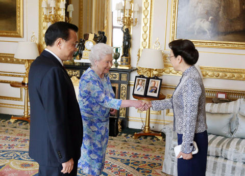 Britain's Queen Elizabeth II, (C) receives Chinese premier Li Keqiang, left, and his wife Cheng Hong at Windsor Castle, June 17, 2014. (AP/Steve Parsons)