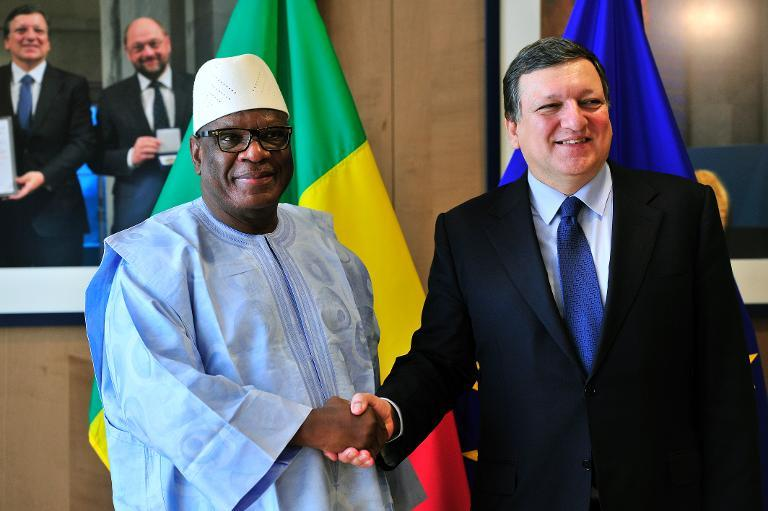 European Commission President Jose Manuel Barroso (R) welcomes Mali President Ibrahim Boubacar Keita before a working session on April 1, 2014 at the EU Headquarters in Brussels (AFP/Georges Gobet)