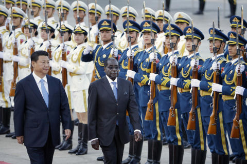 Zimbabwe's President Robert Mugabe (R) and China's President Xi Jinping during a welcoming ceremony outside the Great Hall of the People, in Beijing, August 25, 2014. (REUTERS/Jason Lee)