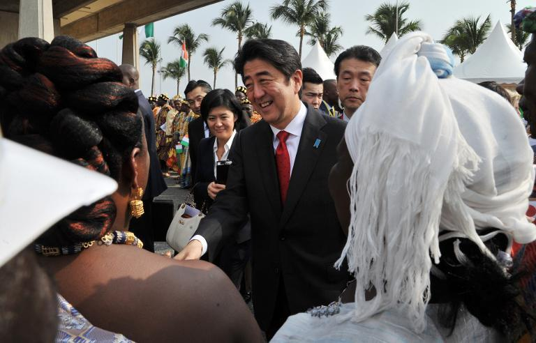 Japanese Prime Minister Shinzo Abe is welcomed by local chiefs on January 10, 2014 at the Felix Houphouet-Boigny international airport in Abidjan. (AFP/Issouf Sanogo)