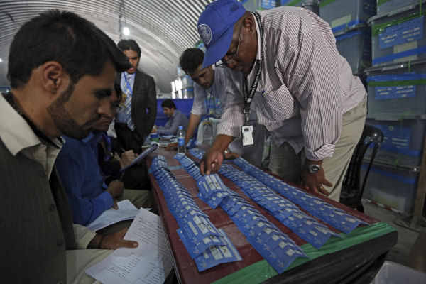 Afghan election commission workers sort ballot papers during an audit of the presidential run-off vote in Kabul on August 25, 2014. ( AFP)