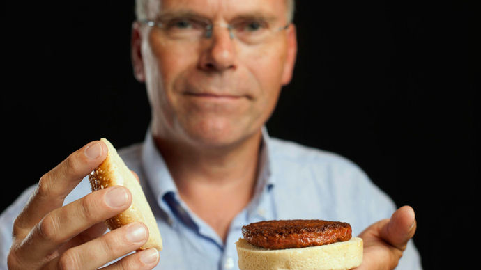 Professor Mark Post shows the world's first lab-grown beef burger during a launch event in west London August 5, 2013 (REUTERS/ David Parry)