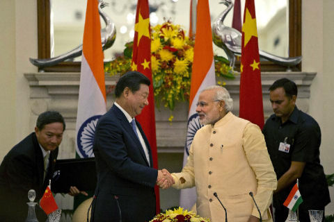 Chinese President Xi Jinping shakes and Indian Prime Minister Narendra Modi, in New Delhi, India, September 18, 2014.  (AP Photo /Manish Swarup)