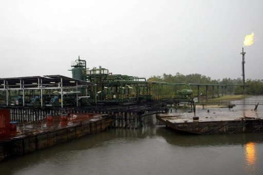 The Shell Oil Batan flowstation at Warri South district of the Niger Delta in 2004. Shell announced Friday a significant cut in its Nigerian oil production due to pipeline damage caused by theft, and warned that it might not meet contractual obligations as a result. (Photo AFP/Pius Utomi Ekpei)